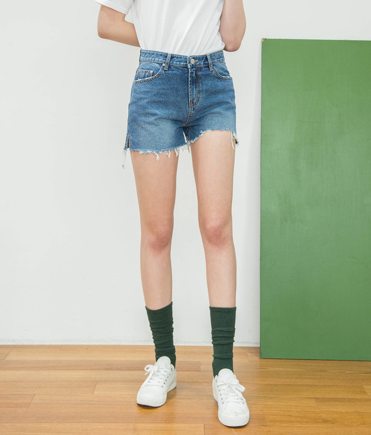 ESSAYRaw Hem Distressed Denim Shorts