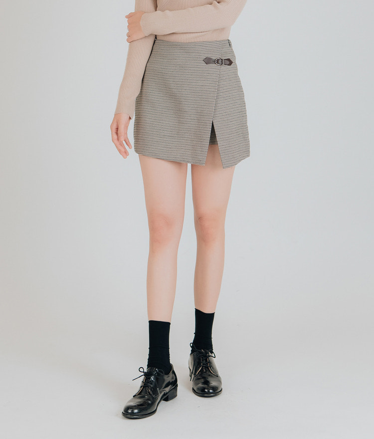 ESSAYBuckle Accent Mini Skort