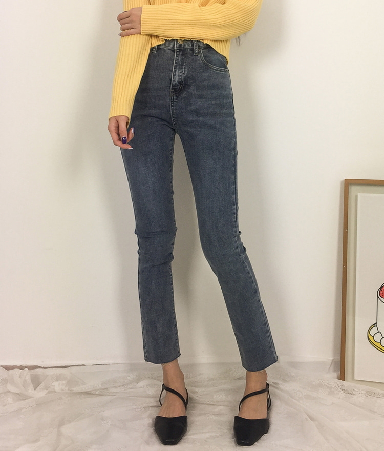ROMANTIC MUSE  Raw Hem Slim Fit Crop Jeans